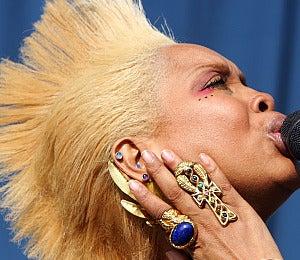 Hair Beat: Erykah Rocks a Blonde Faux-Hawk
