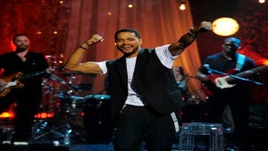 Maxwell Rocks the Stage for 'VH1 Storytellers'