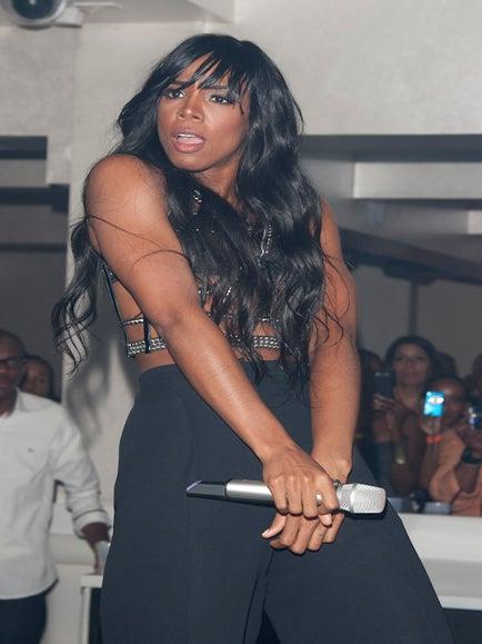 Kelly Rowland Has a Wardrobe Malfunction