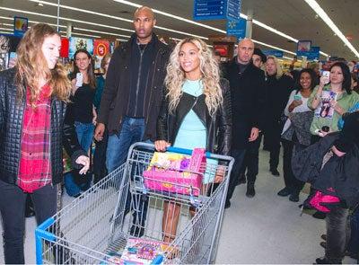 Beyoncé Makes Surprise Walmart Shopping Trip, Buys Fans Gift Cards