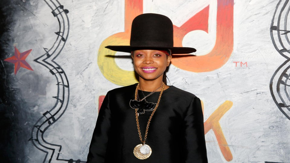Must-See: Erykah Badu Busks in Times Square and Goes Basically Unnoticed