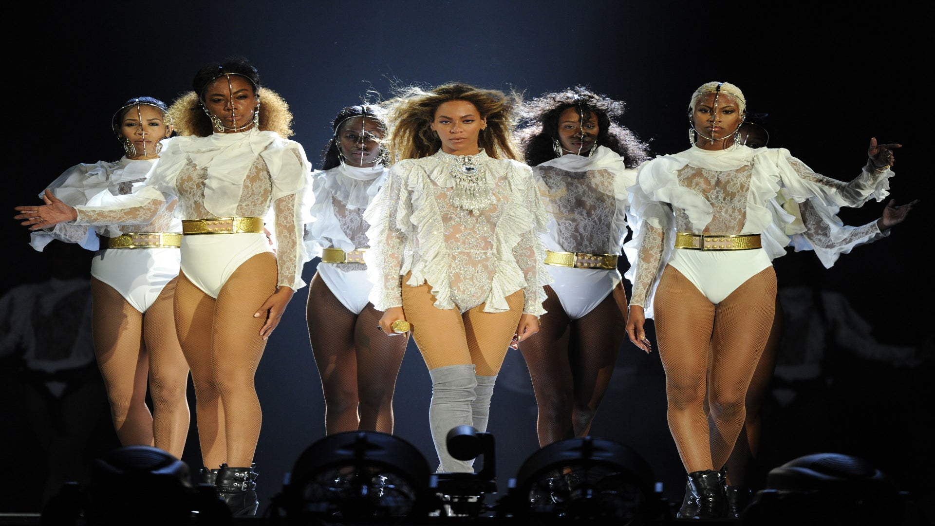 Beyoncé Flawlessly Bounces Back From Wardrobe Malfuntion