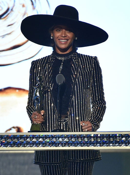 Beyoncé Receives CFDA Style Icon Award, Honors Mother in Moving Speech