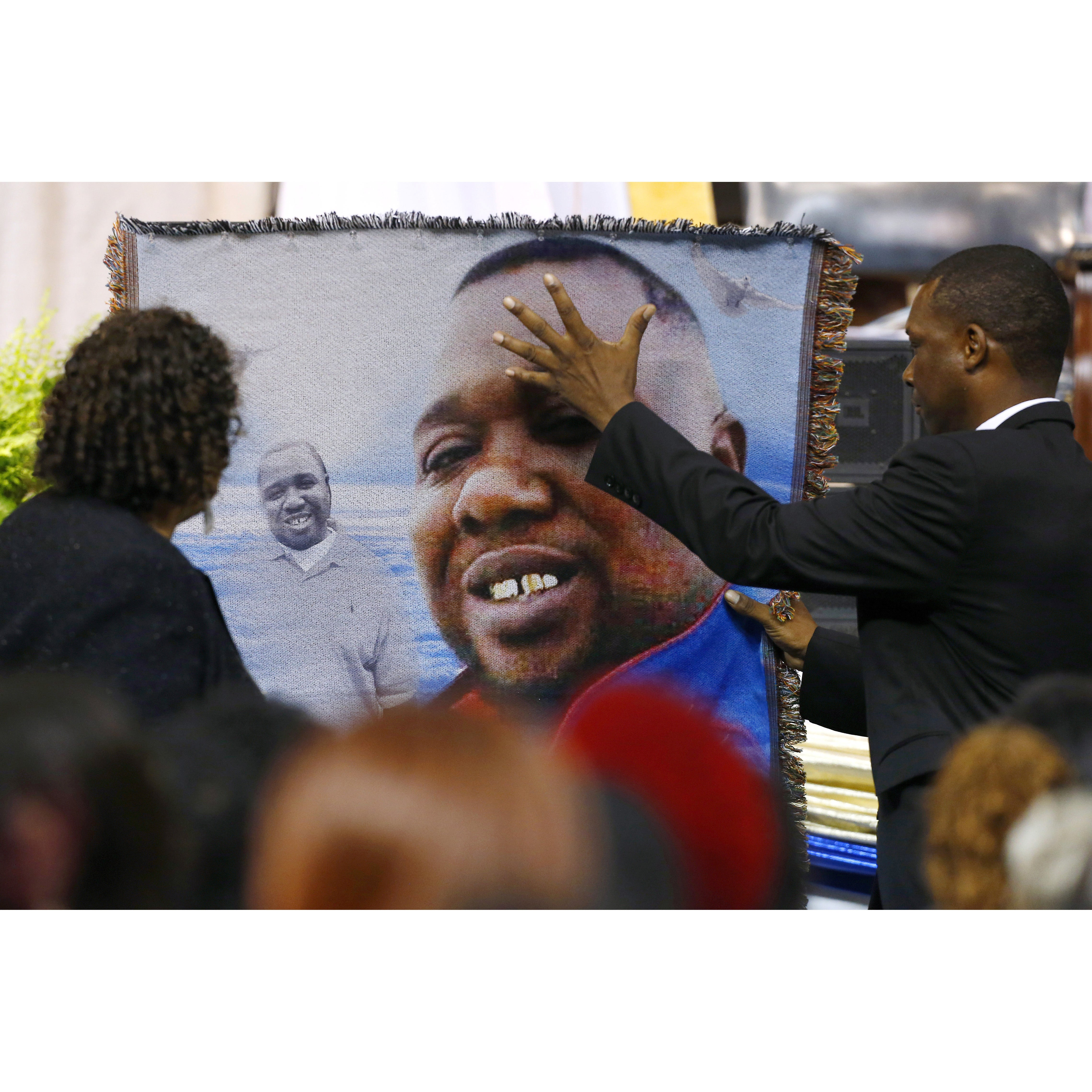 alton sterling s family pay their last respects at open casket