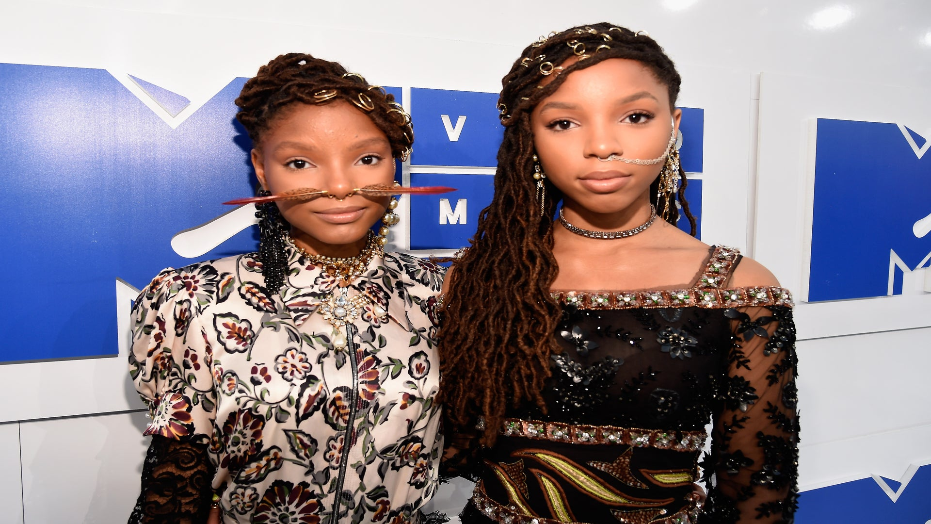 You Have To See Chloe & Halle's Face Jewelry At The 2016 VMAs