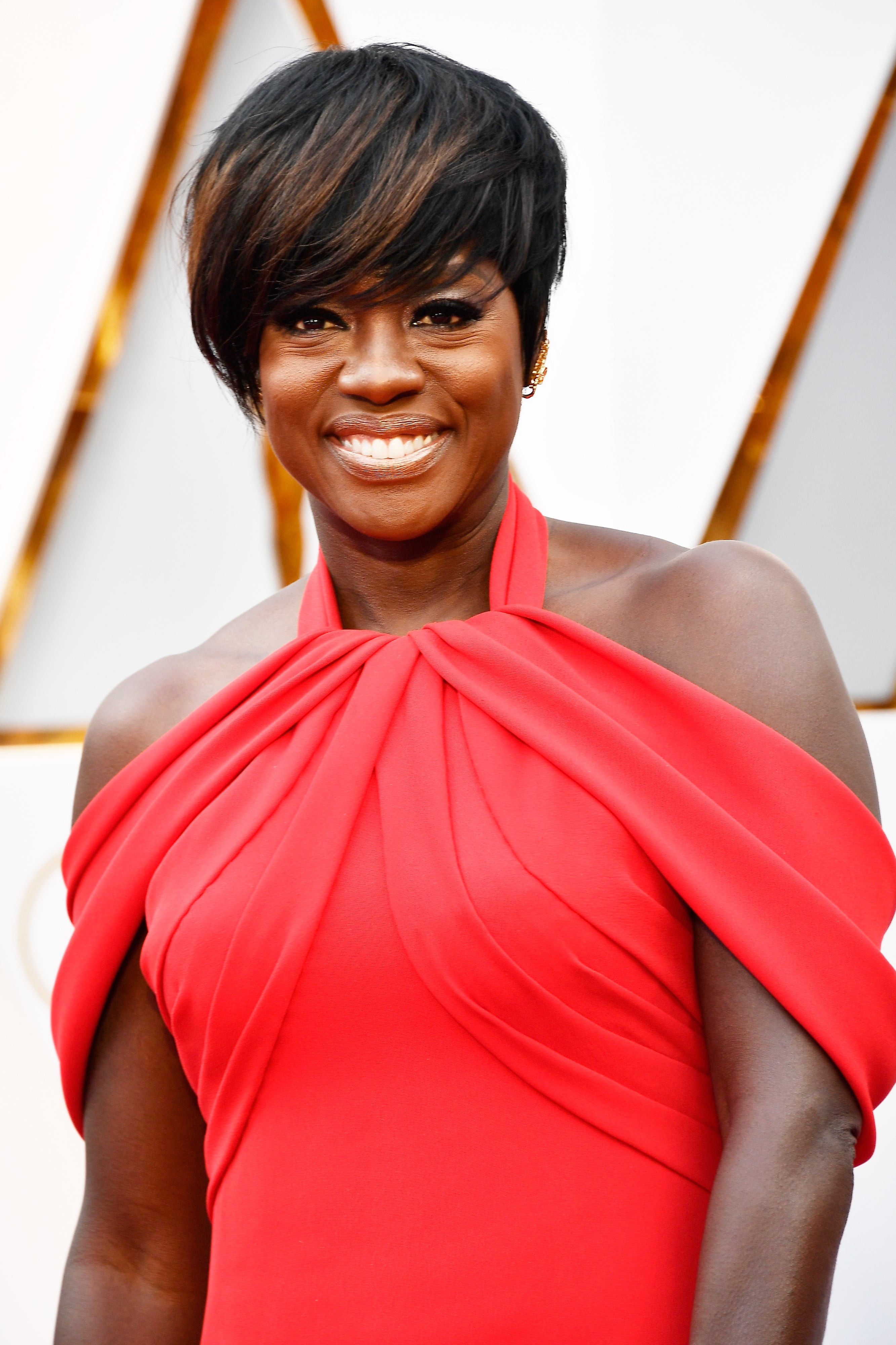 Viola Davis Debuts A Cropped Do On The 2017 Oscars Red Carpet