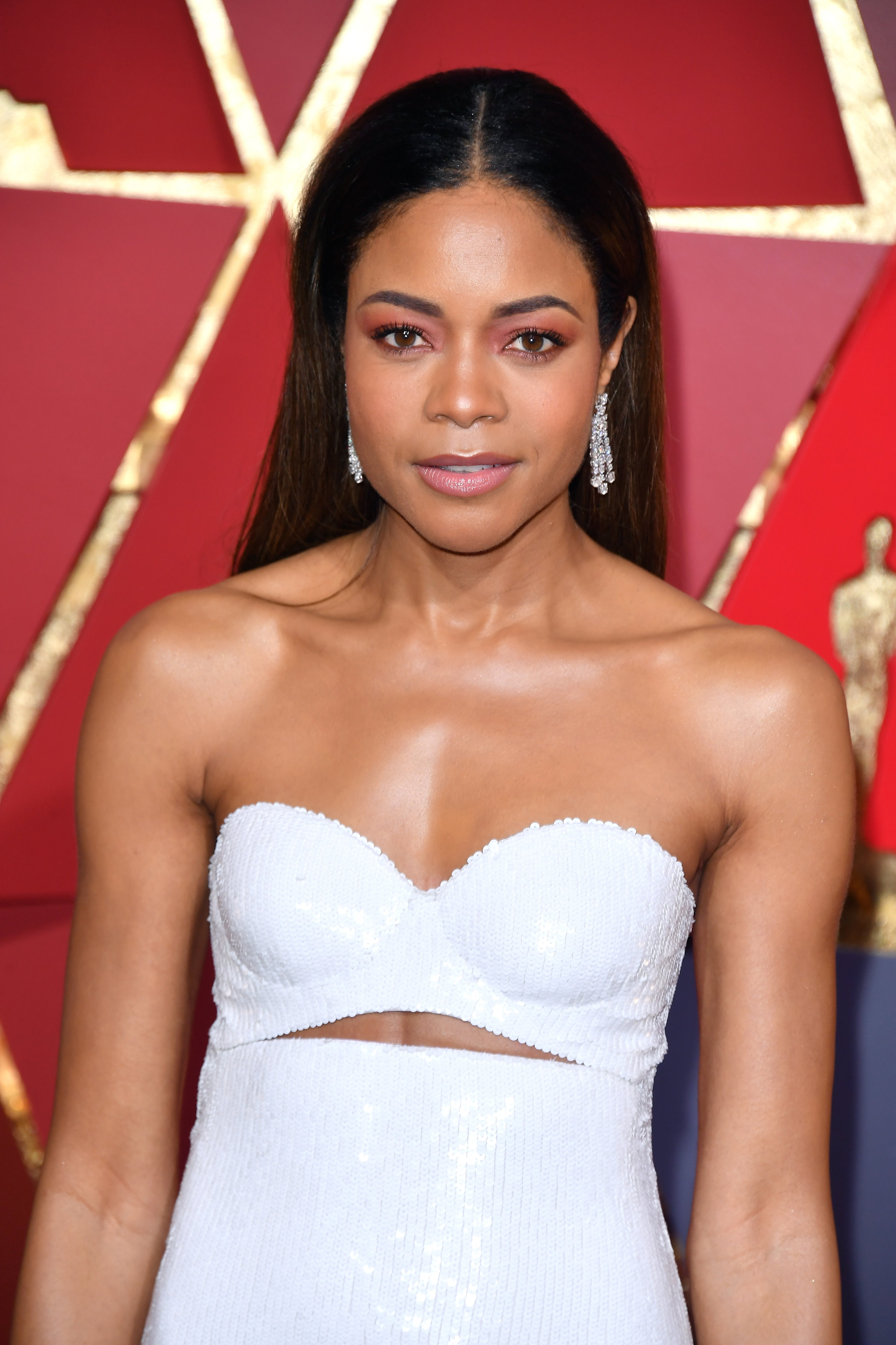 Naomie Harris Pulls Off 'Less Is More' Makeup On The 2017 Oscars Red Carpet