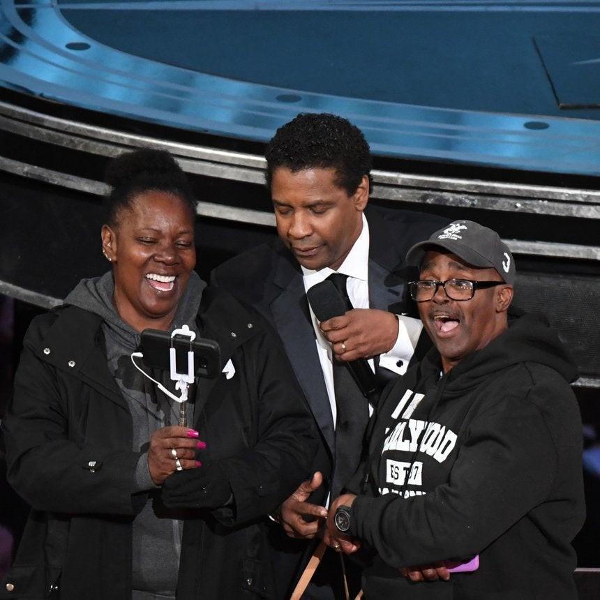 Denzel Washington 'Marries' Stunned Tourists At the Oscars