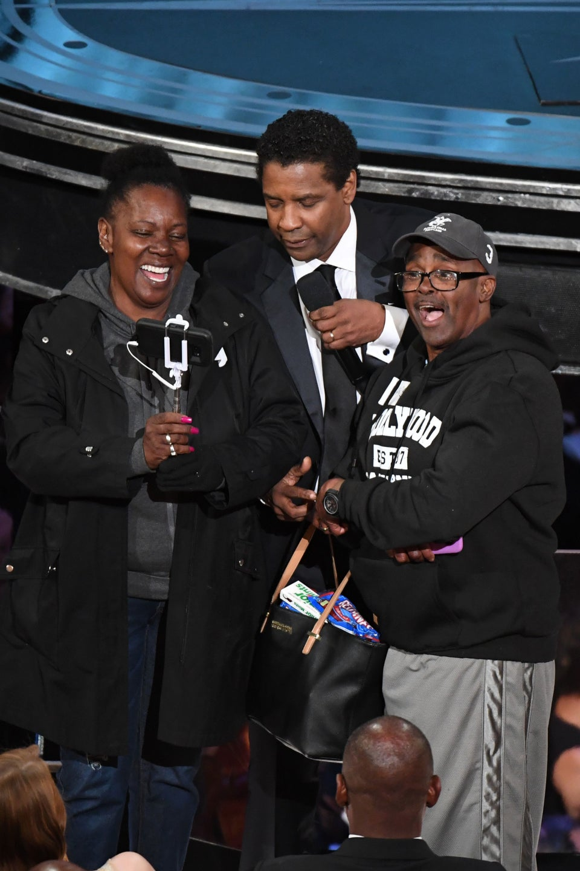 Denzel Washington 'Marries' Stunned Tourists At the Oscars