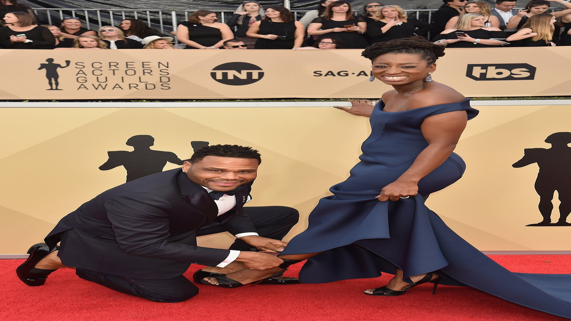 Anthony Anderson Helped His Wife With Her Shoe On The SAG Awards Red Carpet And We Love It