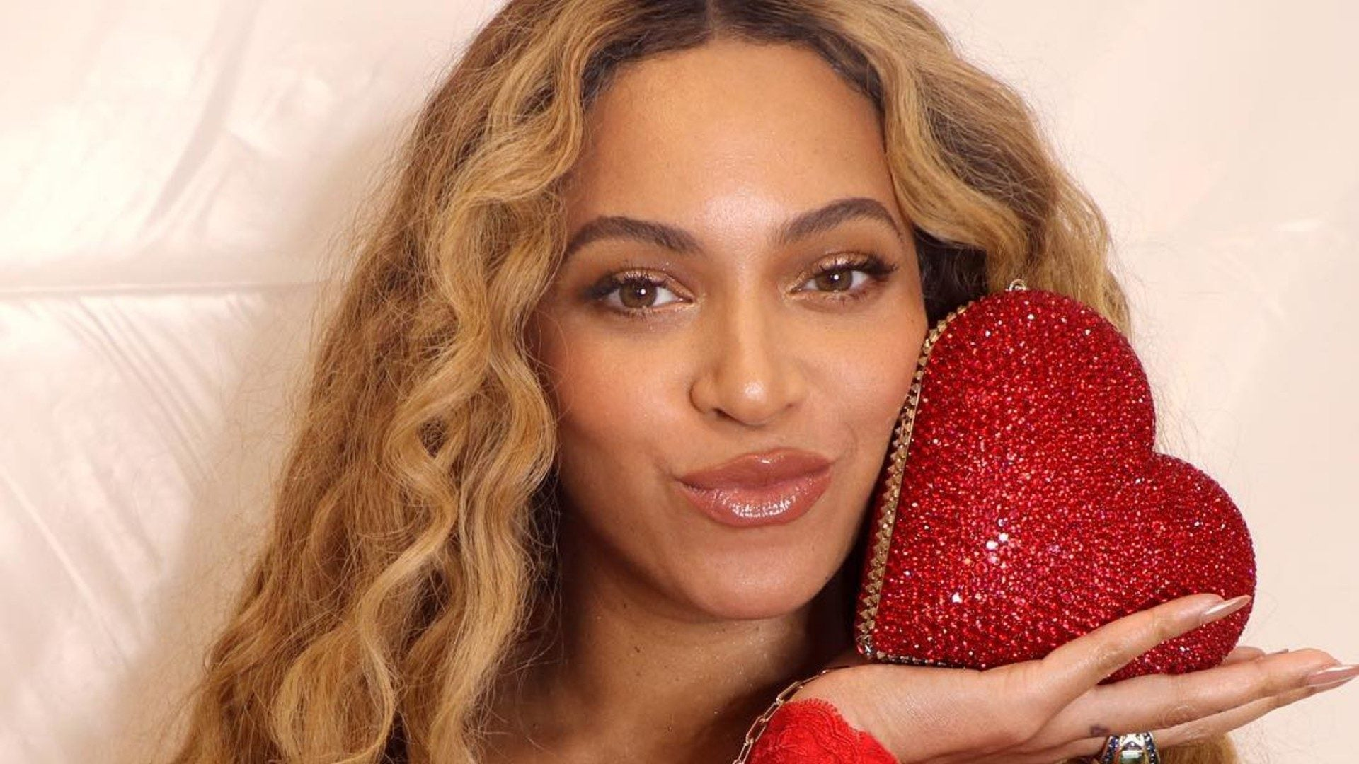 Beyoncé Goes Back To Blond With A New Hairdo