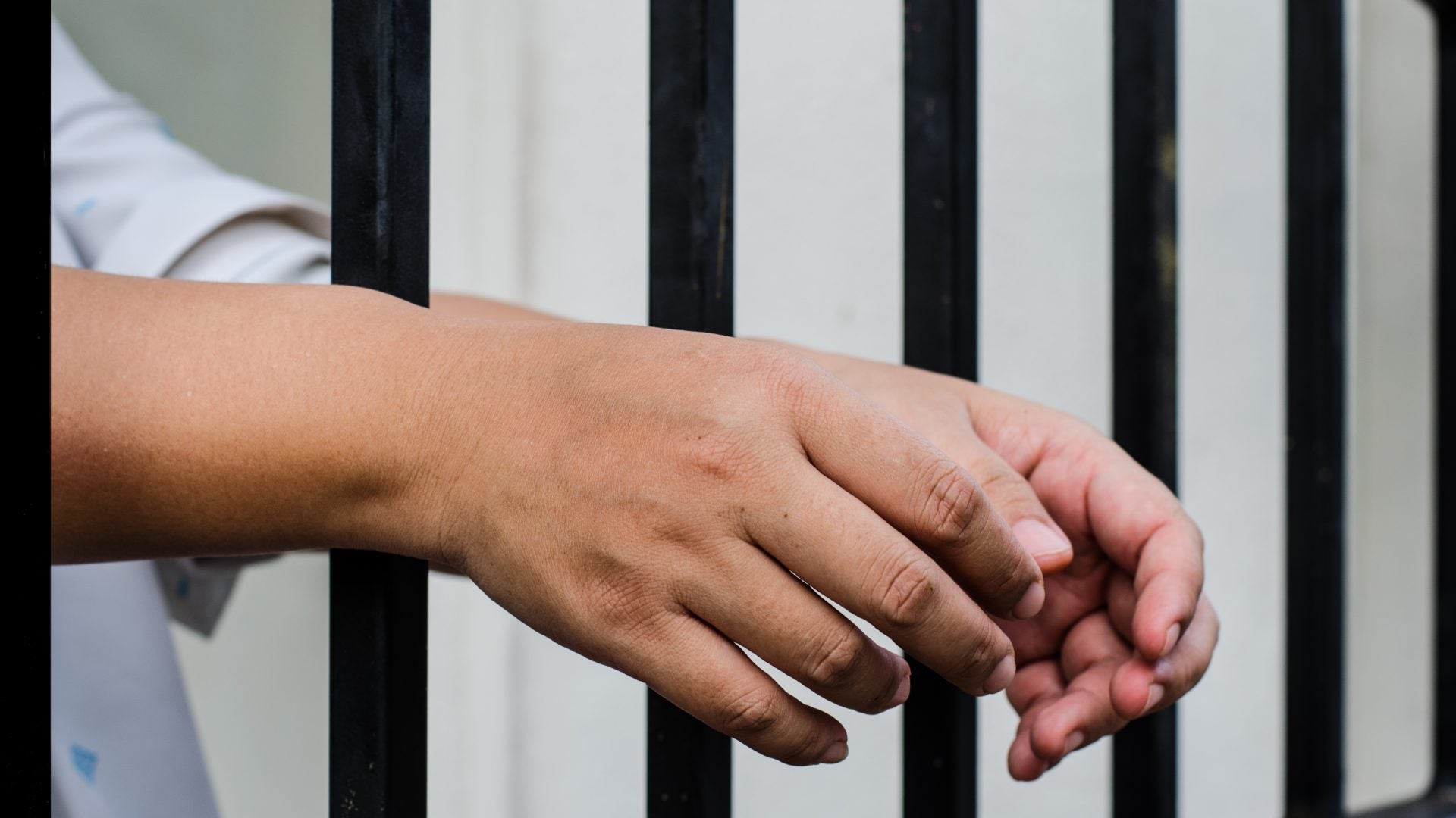 Woman Sues After Giving Birth Alone In Jail Cell
