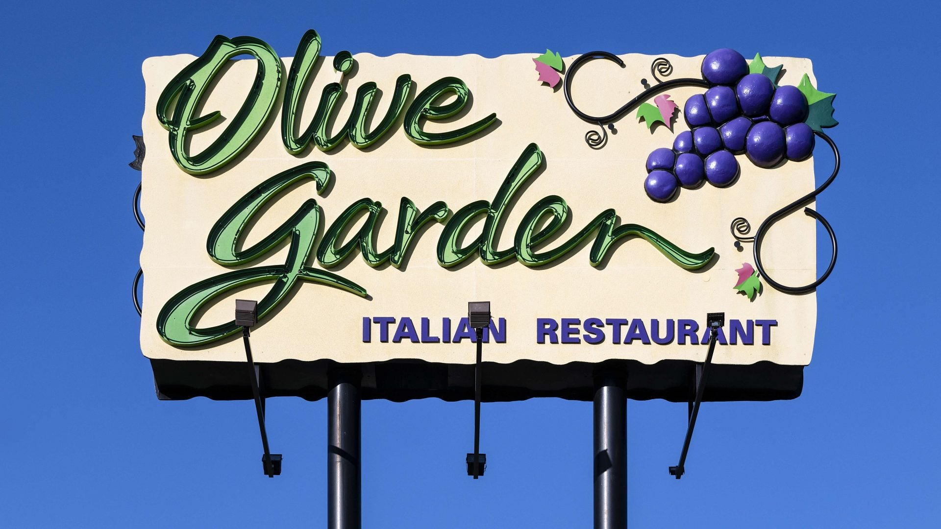 Olive Garden Employee To File Lawsuit After Customer Demanded Non-Black Server