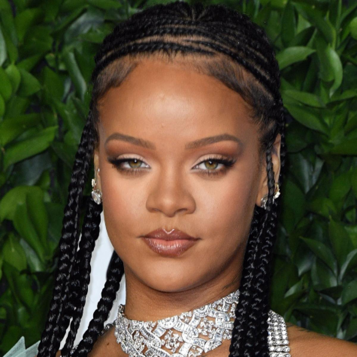 Watch Rihanna Create The Perfect 'No Makeup' Makeup Look