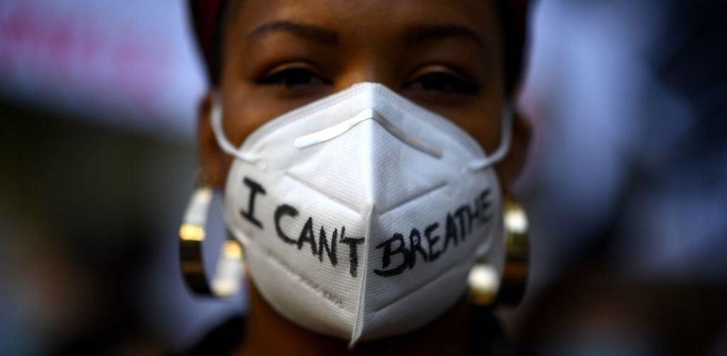 "George Floyd demonstrator wears ""I can't breathe"" mask"
