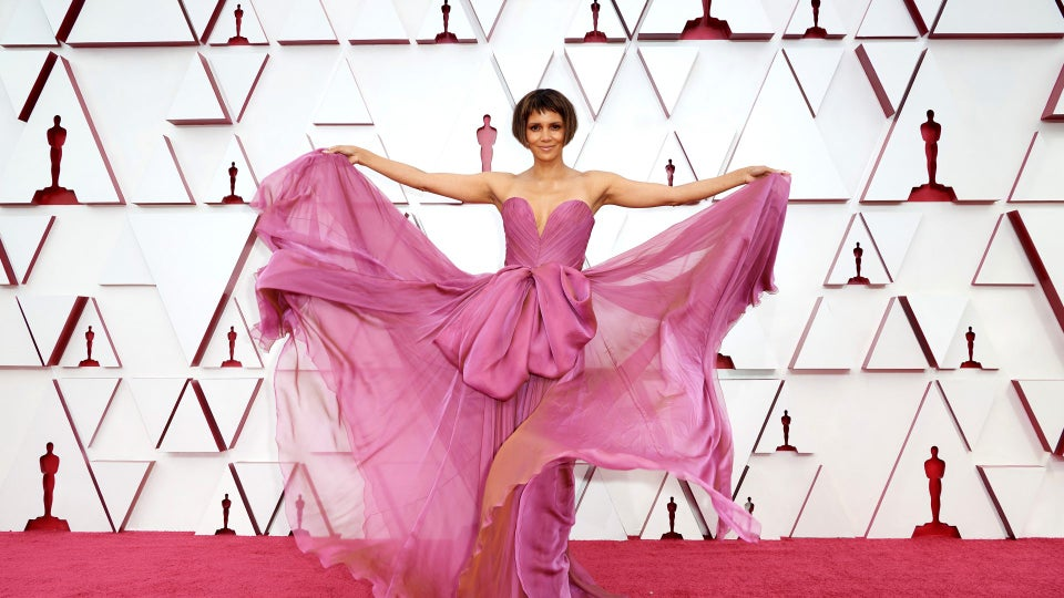 Halle Berry Twirls On Oscars Red Carpet In Dolce & Gabbana
