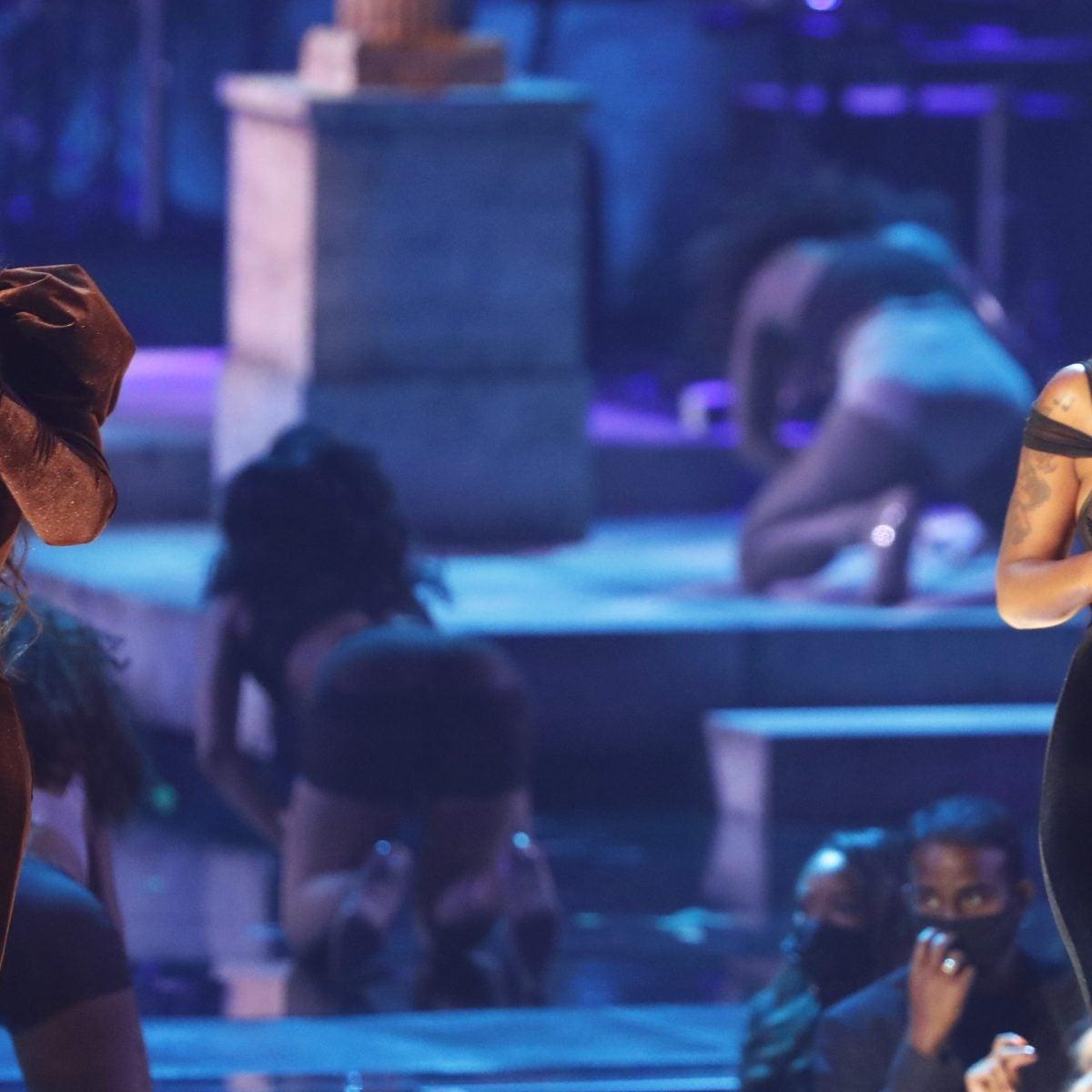 """Jazmine Sullivan And Ari Lennox Perform """"On It"""" Live"""