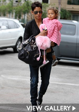 halle-berry-daughter-pinguin-425.jpg