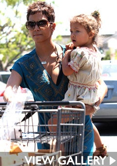 halle-berry-nahla-shopping-west-hollywood-240.jpg